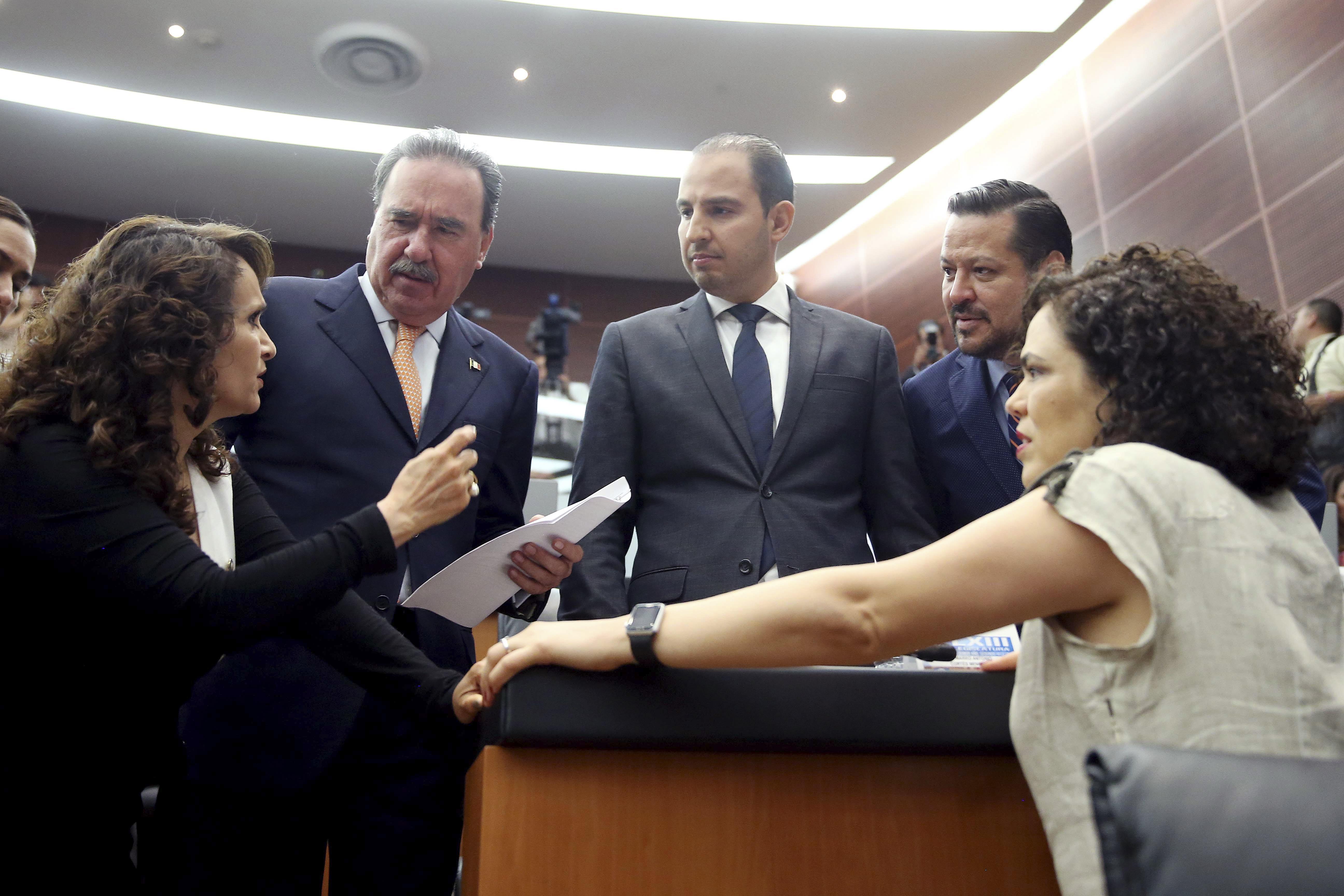 Marko Cortés (centro) aseguró que al PRI le da miedo la propuesta. CUARTOSCURO.