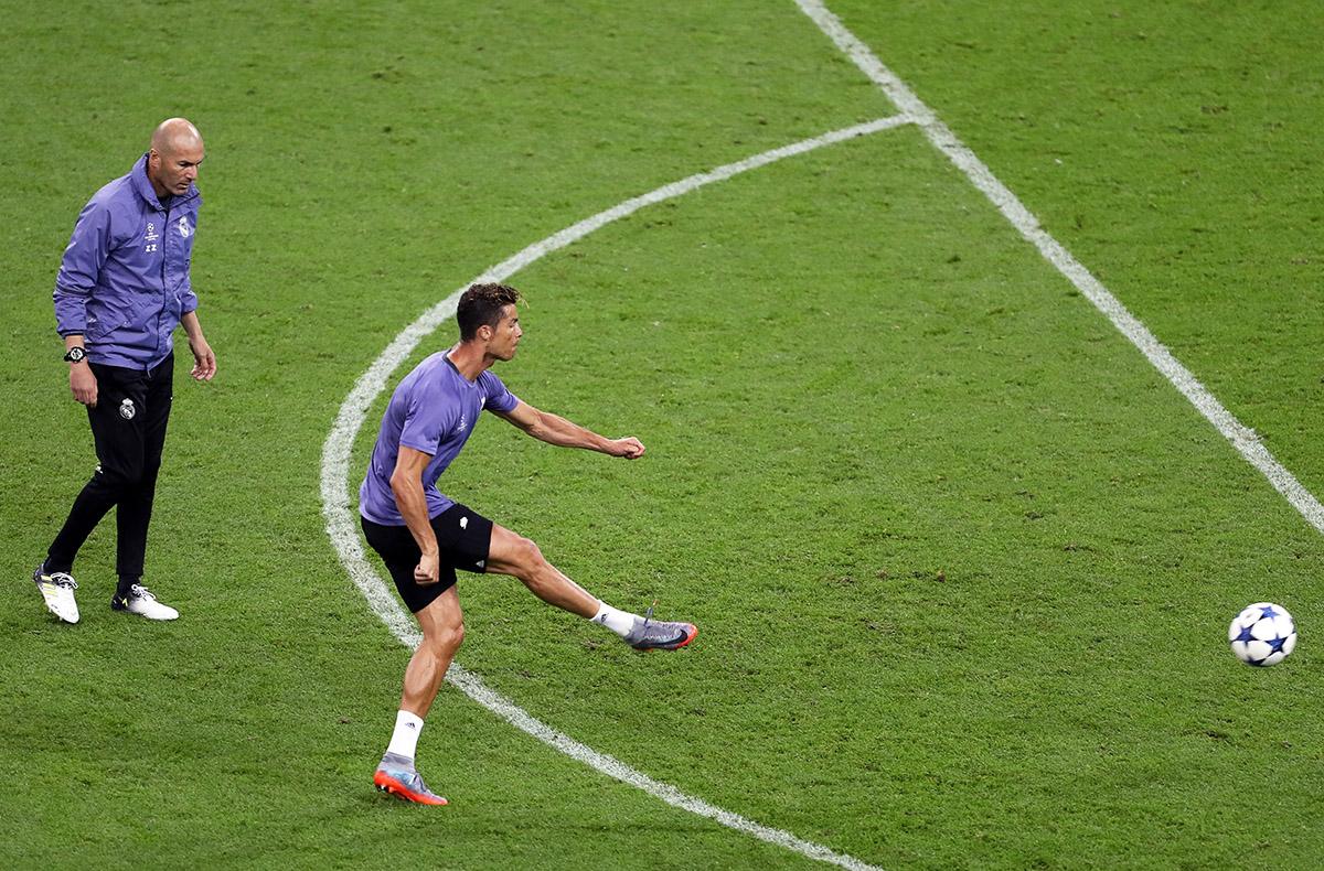 FOTO EFE.  Zizou alaba a su goleador estrella.