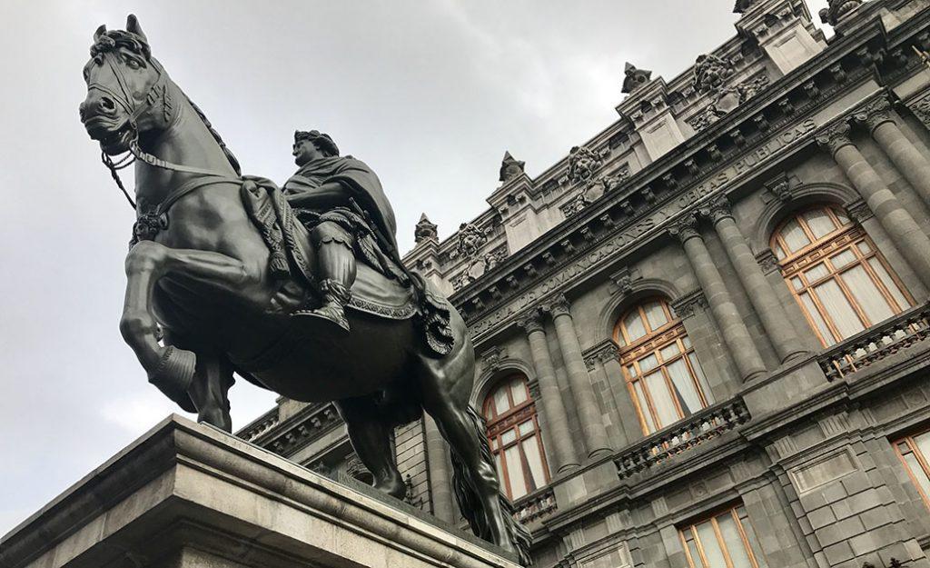 Regresa 'El Caballito' restaurado a la Plaza Tolsá