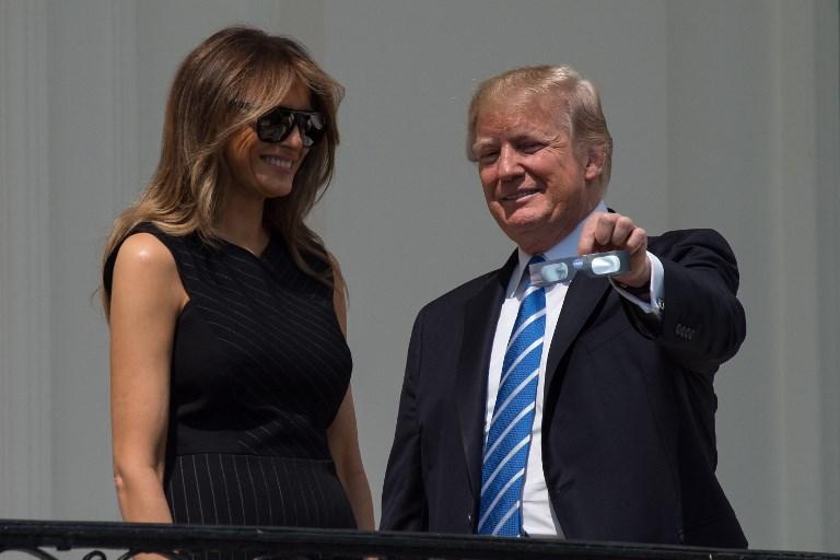 Donald Trump vio directamente el eclipse de sol. Foto: AFP