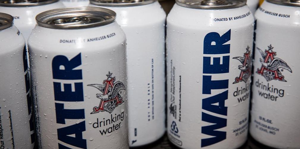 La cervecería Anheuser-Busch distribuye agua enlatada para las víctimas en Texas