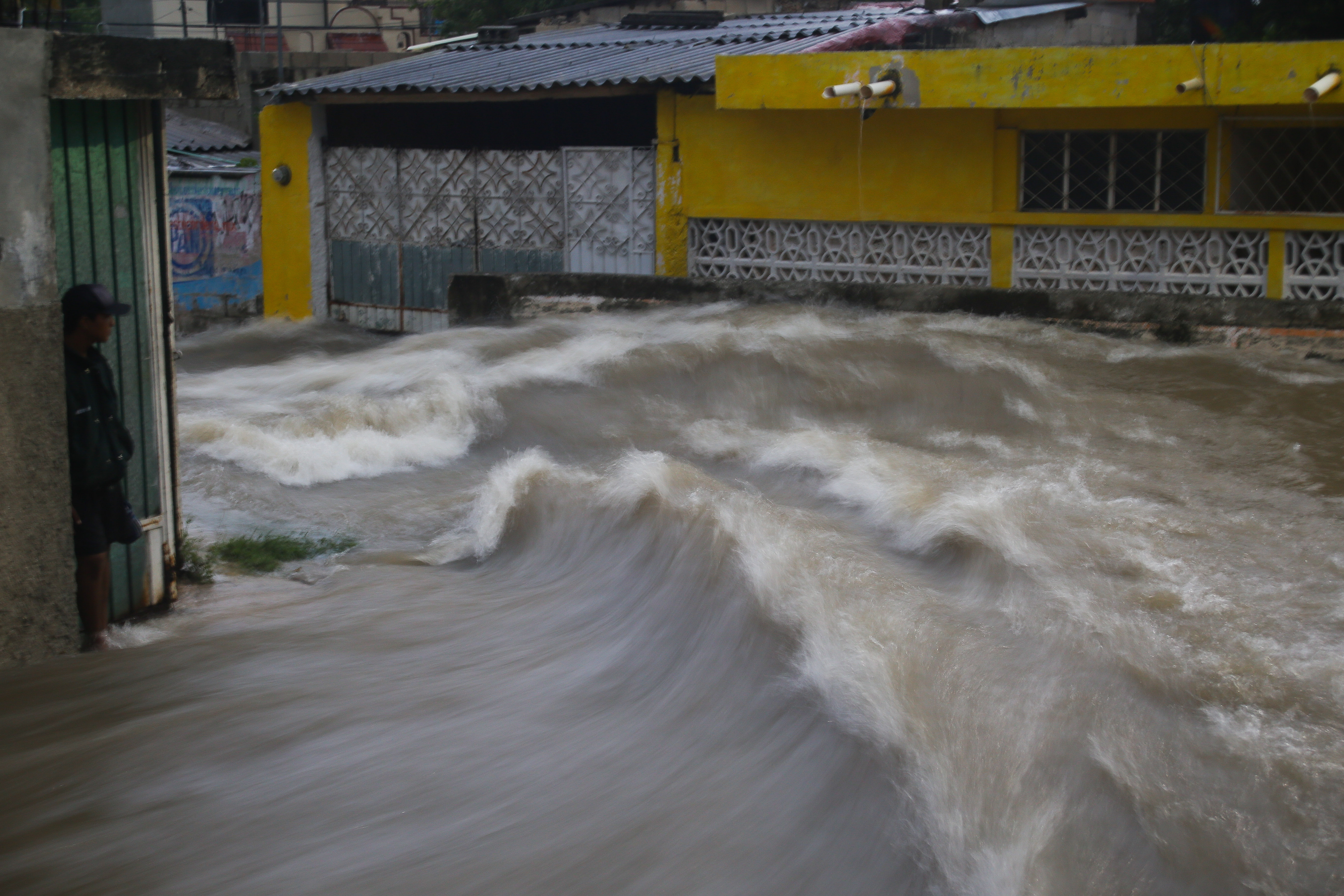 Imagen de las afectaciones del huracán 'Franklin' a su paso por Campeche, cuando aún era tormenta tropical. FOTO: MARTÍN ZETINA /CUARTOSCURO
