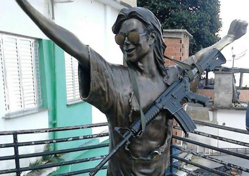 Colocan fusil de asalto a estatua de Michael Jackson en Río de Janeiro