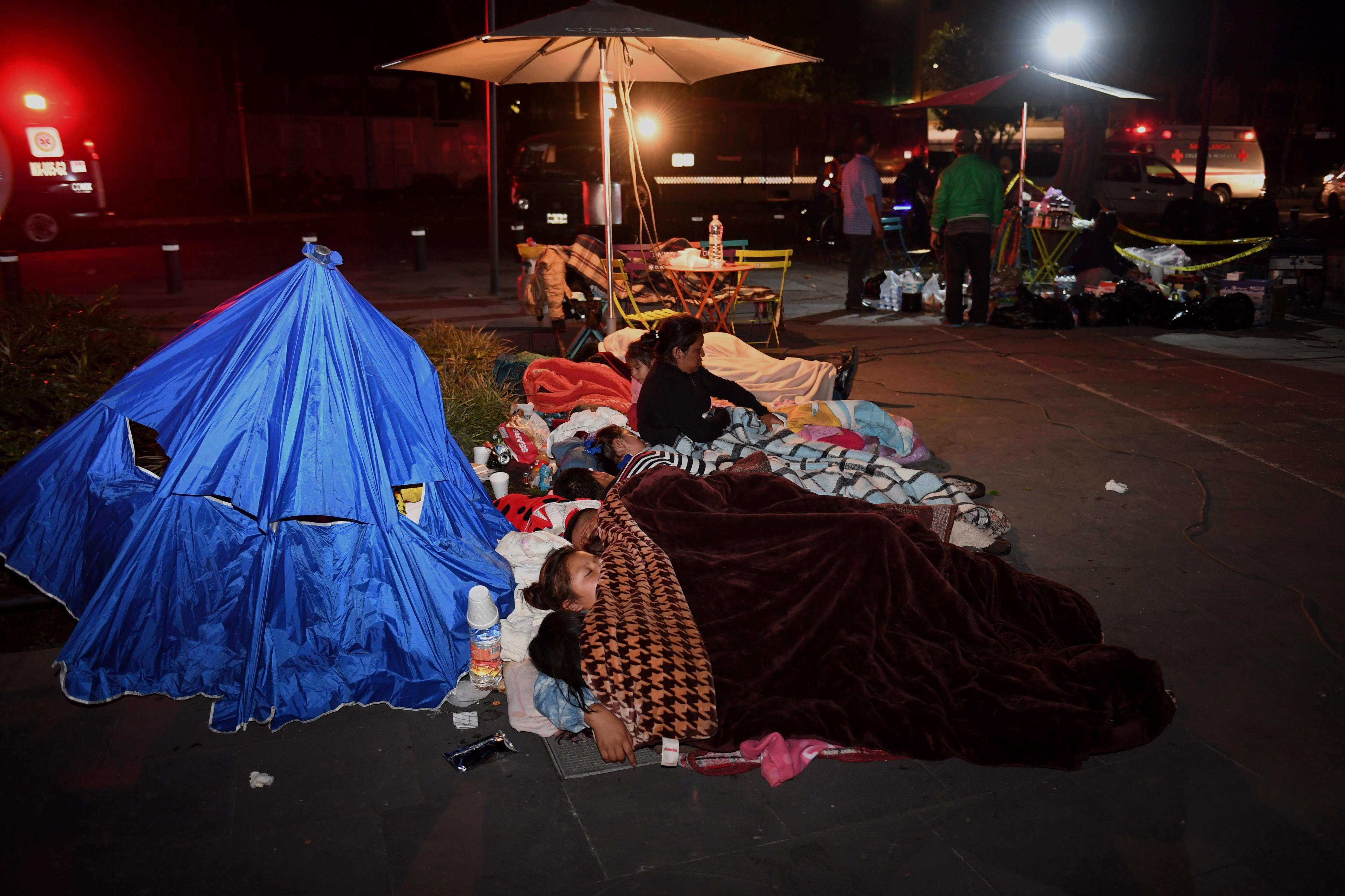 Duermen en albergues, banquetas, parques y coches
