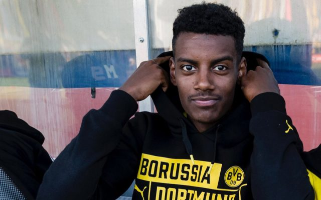 Alexander Isak, joven sueco de 18 años, maravilla en sus primeras apariciones con el Borussia Dortmund.