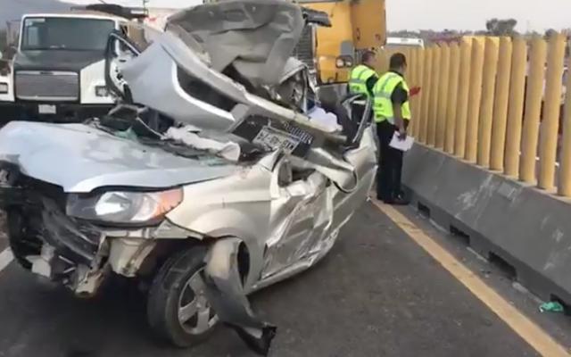 Camión de volteo embiste automóvil en la México-Puebla