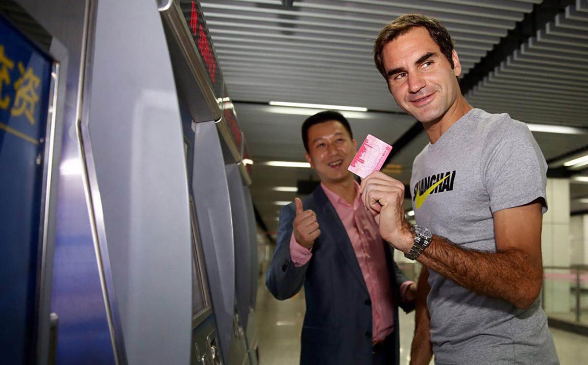 El tenista suizo Rioger Federer sorprende a sus fans en China al utilizar el metro para trasladarse a su entrenamiento previo al debut en el Masters 1000 de Shanghai.