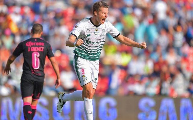 Con doblete de Julio Furch, Santos Laguna sumó su segunda victoria consecutiva al superar 2-1 a Gallos Blancos, que sigue en picada.