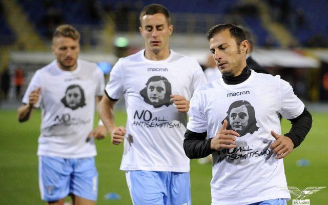 El equipo Lazio utilizó playeras con la imagen de Ana Frank en el entrenamiento previo al partido de liga italiana contra el Bolonia.