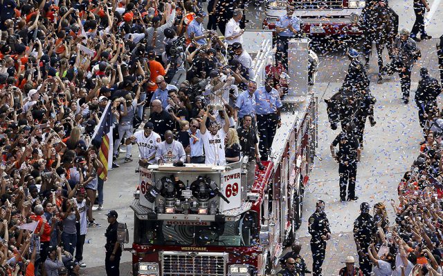 La ciudad de Houston se tiñe de naranja y azul con miles de personas vitoreando a los Astros, que ganaron la Serie Mundial por primera vez en su historia