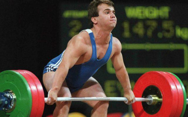 """El llamado """"Hércules de bolsillo"""", Naim Suleymanoglu, murió a los 50 años por cirrosis; ganó oro en pesas en los Olímpicos de Seúl, Barcelona y Atlanta"""