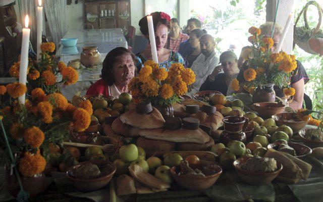 En esta época del año, hasta las almas y los que 'ya se fueron' regresan para disfrutar las delicias que adornan los alteres del Día de Muertos