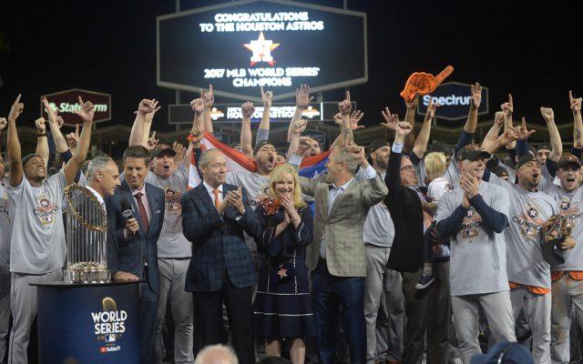 Los Astros de Houston vencieron 5-1 a los Dodgers de Los Ángeles para coronarse campeones de la Serie Mundial de las Grandes Ligas por primera vez en su historia