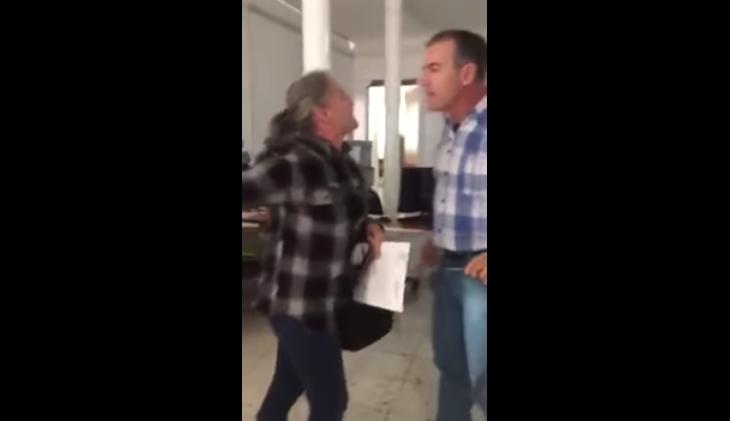 VIDEO: Juez agrede violentamente a mujer
