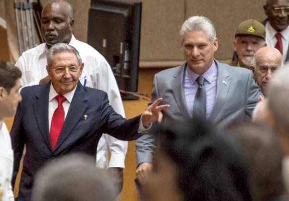 El presidente saliente Raúl Castro llegó ayer al recinto de los diputados junto a Miguel Díaz-Canel. Foto: AFP