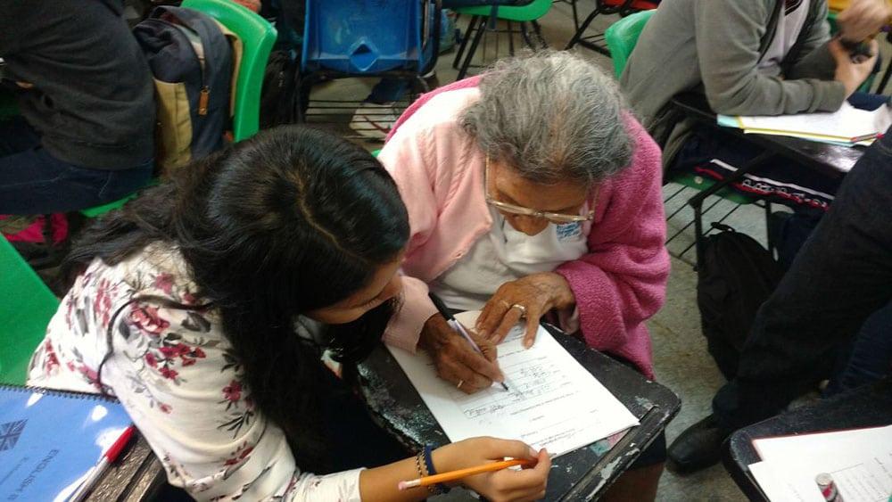 """Chiapaneca de 95 años va a la preparatoria y se """"siente a todo dar"""""""