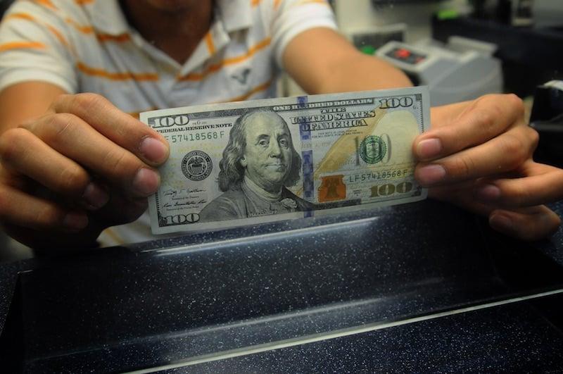 El dólar se dispara a 19.40 pesos en bancos
