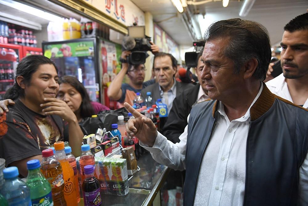 Hoy El Bronco realizó un recorrido por el mercado Lagunilla en la CDMX. Foto: Pablo Salazar