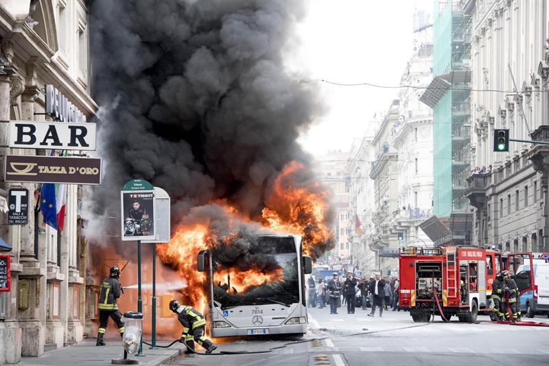 Por circuito explota autobús en el centro de Roma