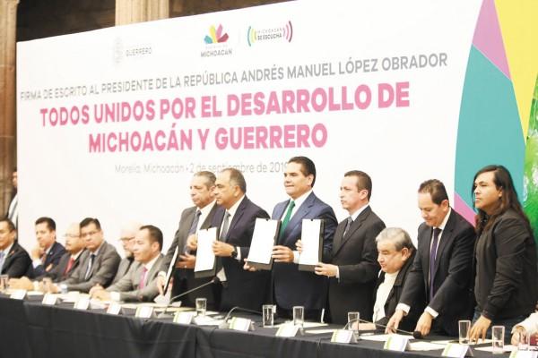 FIRMA. Silvano Aureoles y Héctor Astudillo encabezan reunión con diferentes sectores. Foto: Especial