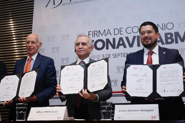 FOTO:CUARTOSCURO Luis Niño Rivera, Carlos Martínez y Alfonso Romo, durante la firma de convenio de colaboración entre el Instituto del Fondo Nacional de la Vivienda para los Trabajadores (Infonavit) y la Asociación de Bancos de México (ABM)