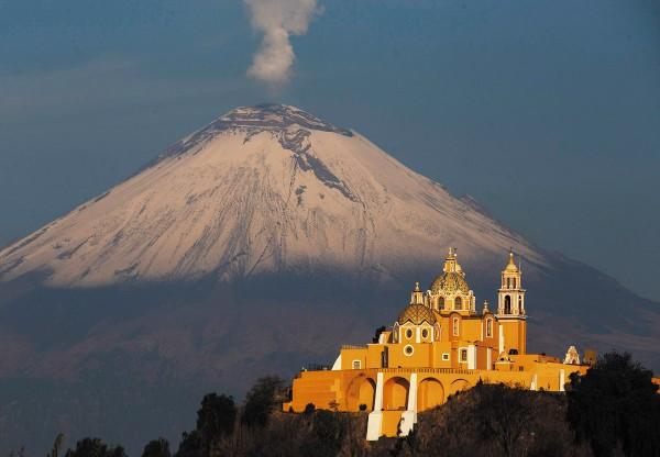 Desde la capital se pueden ver los volcanes Popocatépetl, el Iztaccíhuatl, el Malintzin, el Cuexcomate y el Citlaltépetl. Foto: Enfoque