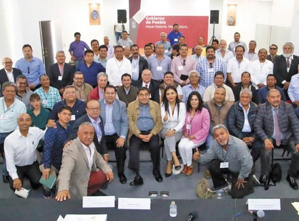 VISITA. Dirigentes transportistas dialogaron con el gobernador Miguel Barbosa. Foto: Especial
