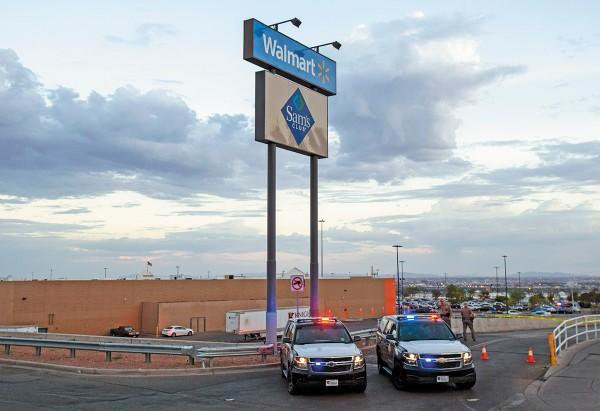MEDIDA. La Policía vigila el Walmart de El Paso, tras tiroteo que dejó 22 muertos. Foto: AP